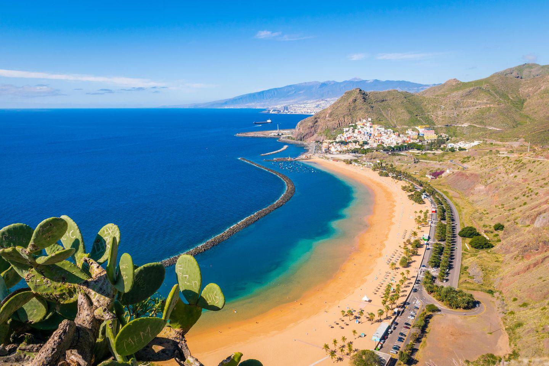 Strand Las Teresitas, mit Santa Cruz und El Teide im Hintergrund