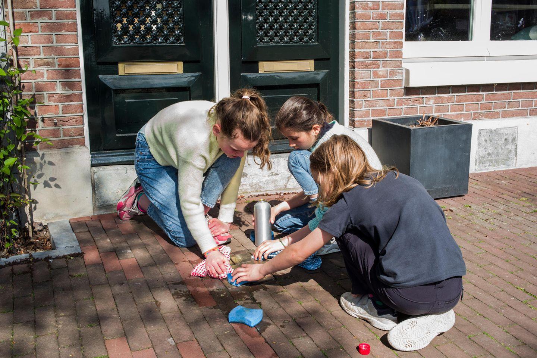 Sarie, Emma und Kai aus Amsterdam polieren Stolpersteine