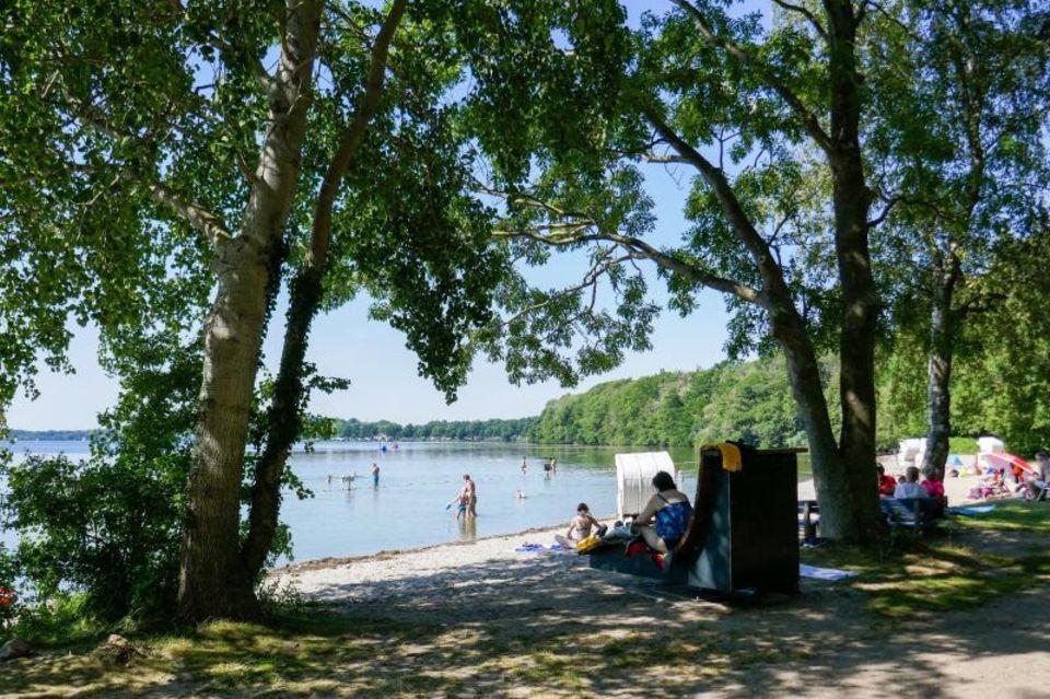 Diese Badestelle auf der Prinzeninsel– eine Halbinsel im Großen Plöner See– lädt zur Abkühlung ein