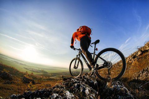 Mann mit Fahrradrucksack auf seinem Mountainbike
