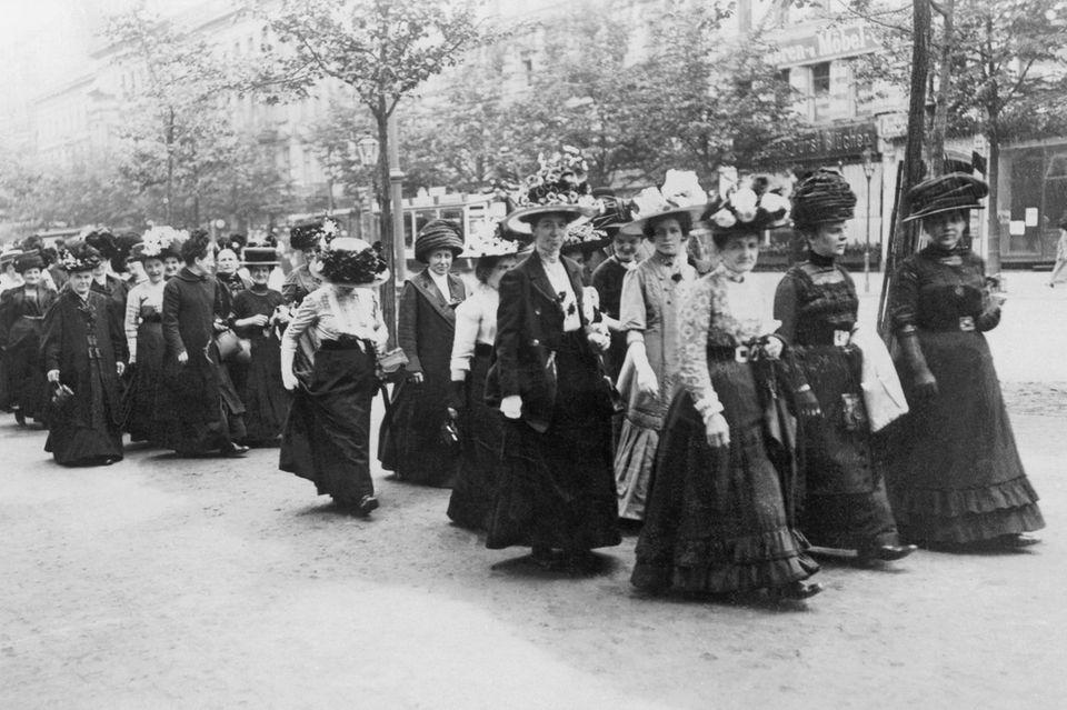 Die Aktivistinnen im Kaiserreich organisieren vereinzelt Demonstrationen– vor allem aber setzen sie sich mit Zeitungsartikeln und in einer Vielzahl von Vereinen für ihre Forderungen ein