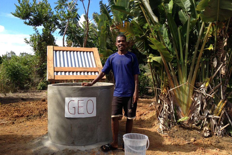 Projektmanager Evrard Benasoavina präsentiert den neuen Brunnen