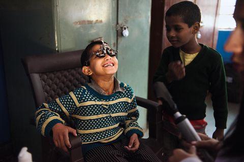 Dieser Junge in einem Waisenhaus amüsiert sich über den sonderbaren Apparat auf seiner Nase. Wie viele indische Kinder ist er noch nie bei einem Augenarzt gewesen. Sehbehinderungen bleiben oft unbehandelt
