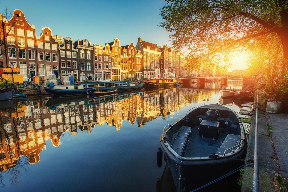 Kanal bei Sonnenuntergang in Amsterdam