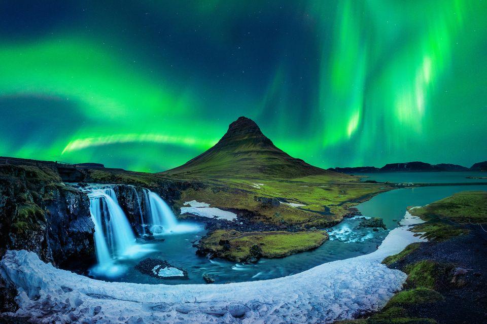 Grüne Nordlichter am Himmel bei Kirkjufell in Island