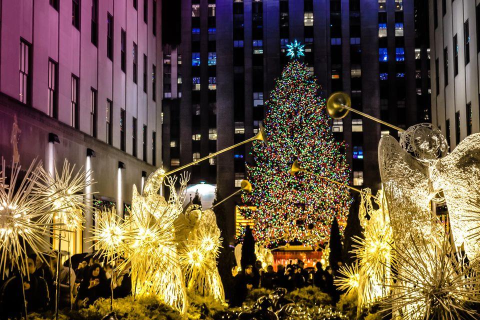 Leuchtender Weihnachtsbaum mit leuchtenden Engeln vor der Rockefeller Center