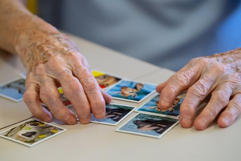 Alte Frau spielt Memory