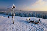 Blick vom Schneekopf mit Wegweiser und Bank nahe Schmücke