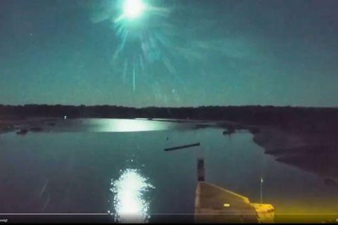 Screenshot Meteor lässt Nachthimmel über Frankreich grün aufleuchten