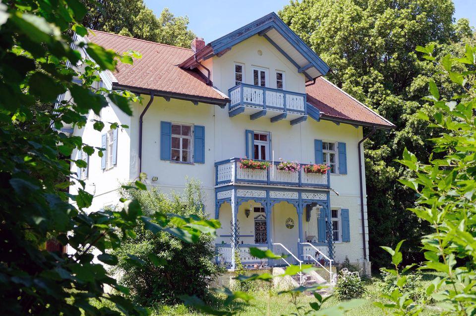 Hübsch restaurierte Häuser säumen den Uferweg am Ammersee