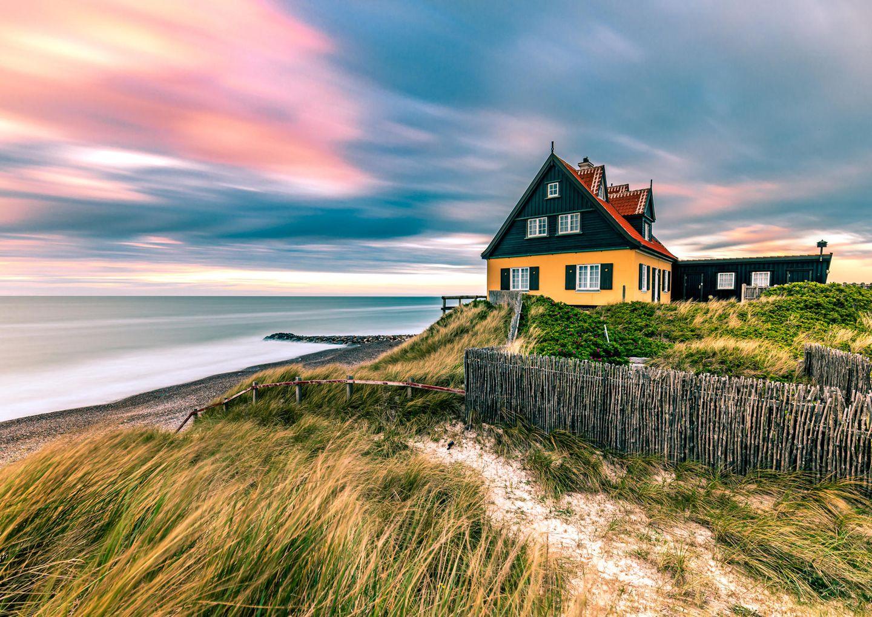 Haus am Strand bei buntem Sonnenuntergang in Skagen in Dänemark