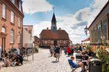 Belebte Fußgängerzone mit Cafes in Ebeltoft, Dänemark