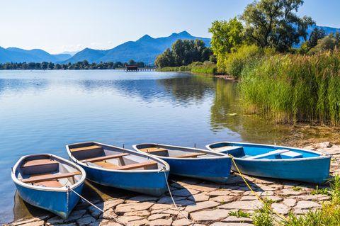 Boote stehen am Chiemsee in Bayern