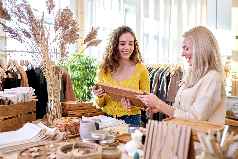 Zwei glückliche Frauen kaufen in einem ökologischen Laden ein