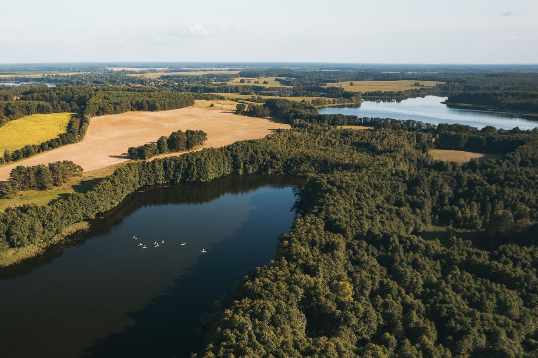 Idyllischer geht es wohl kaum: DieKanufarm am Heegesee direkt an der Mecklenburgischen Seenplatte hielteine Flotte Kanus und Stand Up-Boards bereit