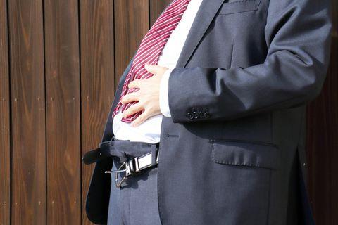 Übergewichtiger Mann im Anzug