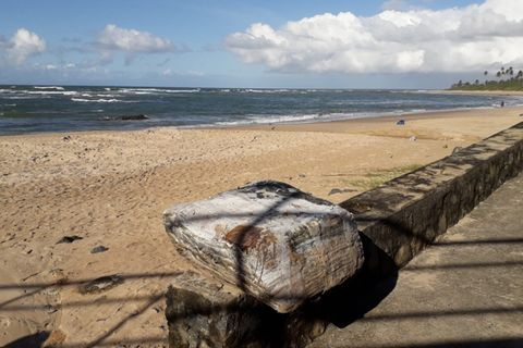 """Mehr als 350 """"mysteriöse Kisten"""" wurden an verschiedenen Stränden der brasilianischen Küste in rund einem Monat eingesammelt"""