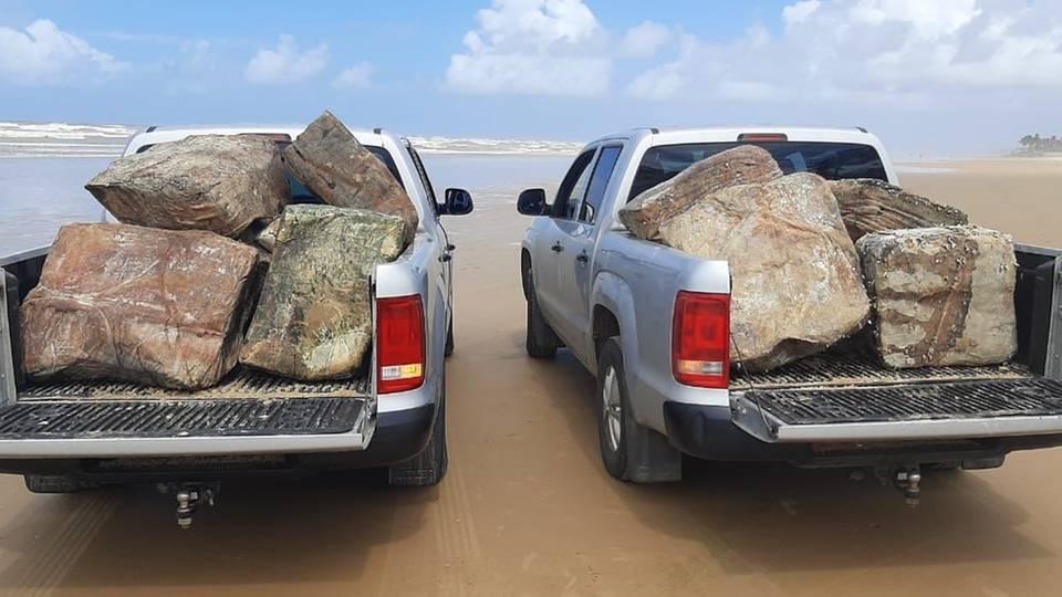 Die vielen Kisten werden mit Lastenwagen vom Strand abtransportiert