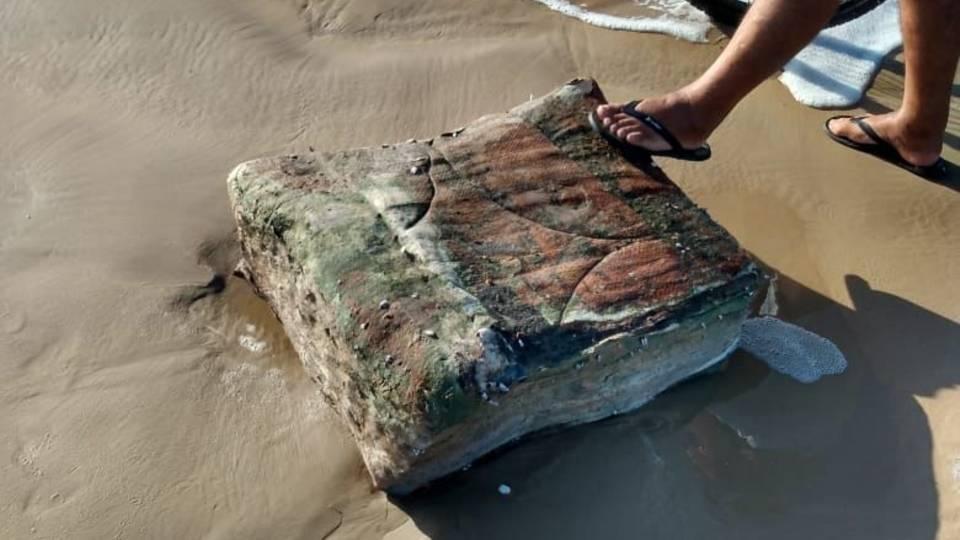 Es handelt sich bei dem geheimnisvollen Strandgut nicht wirklich um Kisten, sondern um Kautschukballen