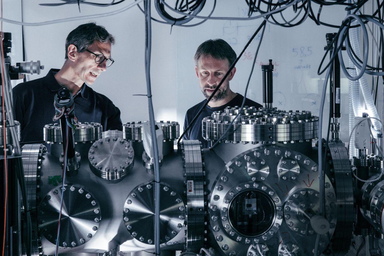 Mit einem Apparat, der ein extremes Vakuum erzeugt, wollen Markus Arndt (l.) und sein Team an der Universität Wien, darunter Stefan Gerlich, die Geheimnisse der Quantenwelt ergründen