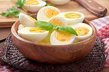 Gekochte Eier in einer Holzschüssel