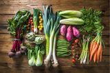 Frisches buntes Gemüse auf einem Holzhintergrund