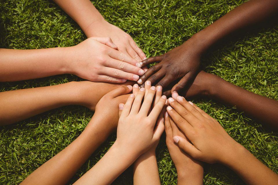 Kinderhände halten zusammen