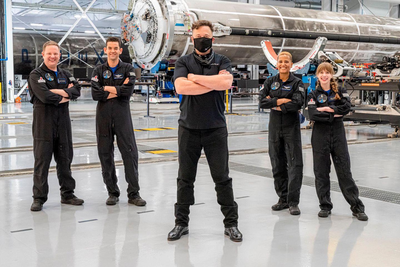 SpaceX Team vor der Rakete