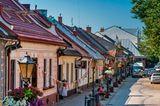 Straße mit kleienn Häuschen in Stary Sącz