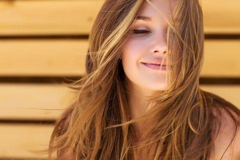 Junge Frau mit gesundem Haar