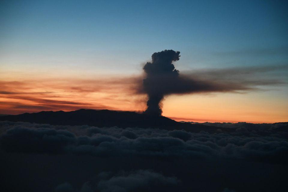 Rauch tritt aus dem Vulkan Cumbre Vieja auf der kanarischen InselLaPalmaaus