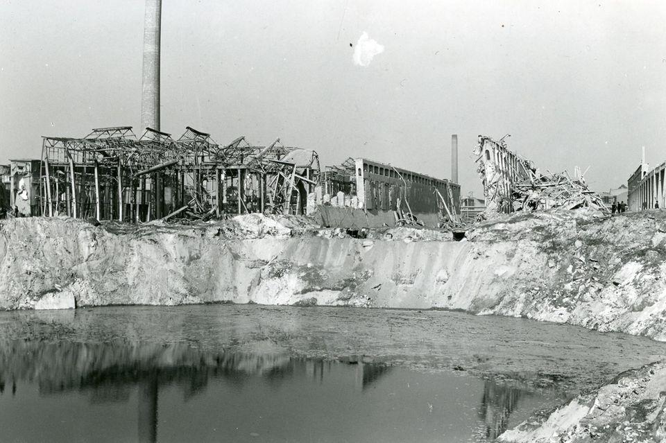 Der mit Grundwasser gefüllte Sprengtrichter im Oppauer Werk der BASF nach der Explosionskatastrophe