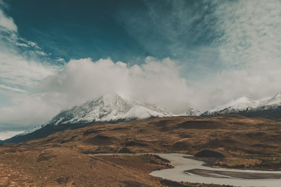 """22.09.2021      """"Im Süden Patagoniens liegt der Torres del Paine Nationalpark, der zu den beliebtesten Ausflugszielen des Landes gehört. Ein Blick auf das Bergpanorama genügt, um zu wissen, warum. Die malerische Kulisse lässt das Herz eines jeden Outdoor-Enthusiasten, Naturliebhaber und Fotografen höher schlagen.""""      Kamera:Sony Alpha 6000 + SEL18-200  Mehr Fotos vonLuca Pot d'Or"""