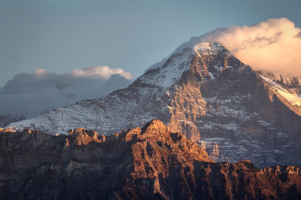 Eiger-Nordwand in den Schweizer Alpen im Abendlicht