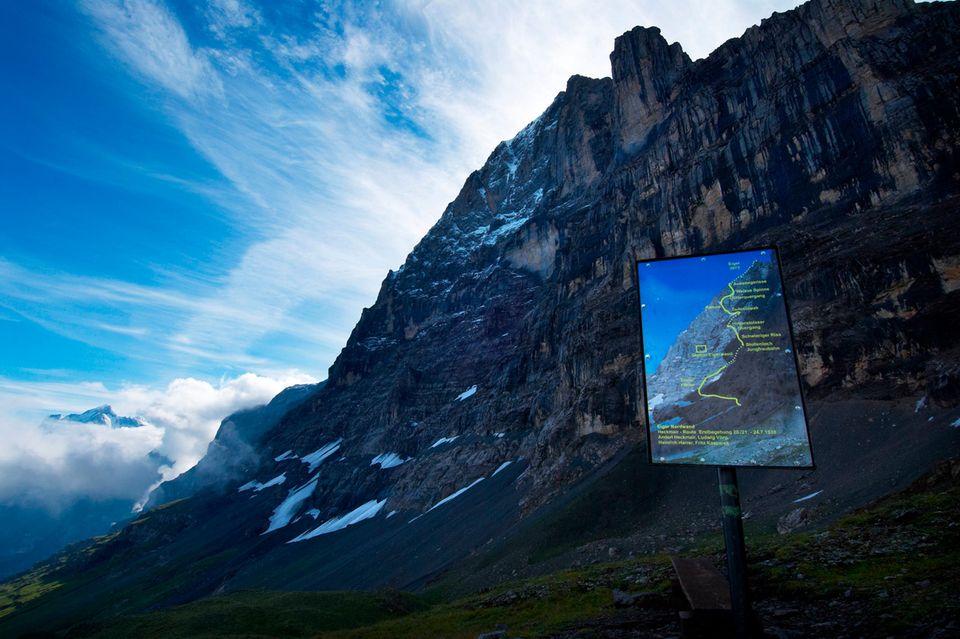 Schild mit der Heckmair-Route am Fuße der Eiger-Nordwand