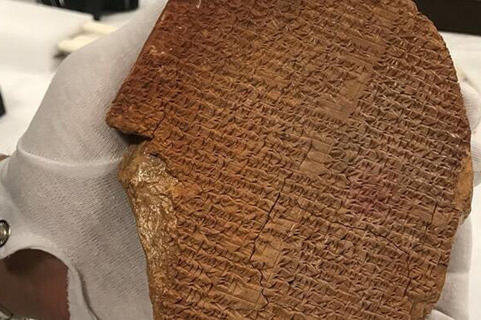 """Die """"Gilgamesch-Traumtafel"""": Das 3500 Jahre alte Werk wurde im Zuge des Zweiten Golfkrieges 1990/91 aus einem irakischen Museum gestohlen und landete in den USA. Im September 2021 hat die US-Regierung die Tafel zurückgegeben"""