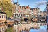 Alte Häuser säumen den Kanal in Lier