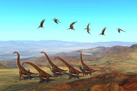 Dinosaurier wandern über einen erloschenen Vulkan in Afrika