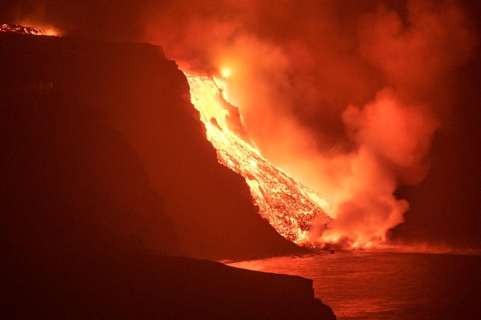 Eine Woche nach dem Vulkanausbruch auf der spanischen Kanareninsel La Palma ergießen sich die um die 1000 Grad heißen Lavaströme nun in das Meer