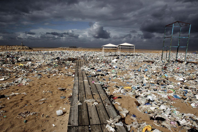 Plastikmül am Strand nördlich von Beirut