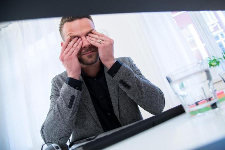 Wer viel Zeit vor dem Bildschirm verbringt, hat oft müde und strapazierte Augen. Ein paar Entspanungs- und Muskelübungen helfen und tun gut