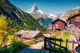 Häuser von Zermatt mit Bergwelten im Hintergrund in der Schweiz