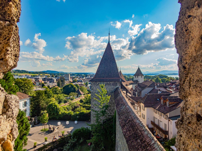 Historische Stadtmauer von Murten in der Schweiz