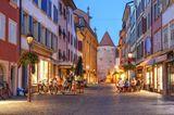Belebte Fußgängerzone am Abend in Yverdon-les-Bains, Schweiz