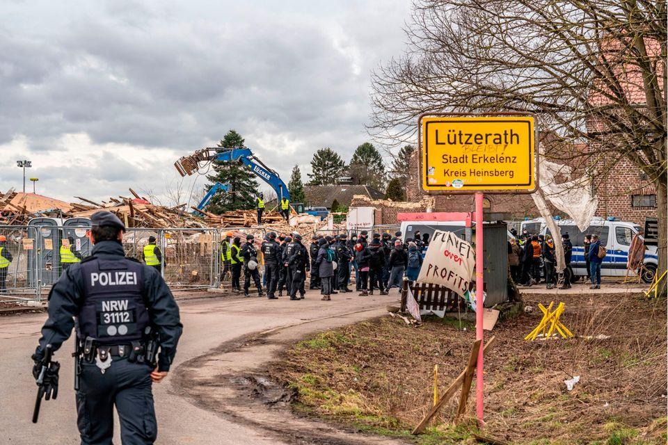 Das Dorf Lützerath soll für die Erweiterung des Braunkohletagebaus Garzweiler II geräumt werden. Ein Teil der Gebäude ist schon zerstört