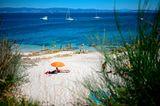 Reisende am Strand von Pontevedra auf der Insel Ons