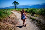 Frau wandert bei sonnigem Wetter auf der Insel Ons
