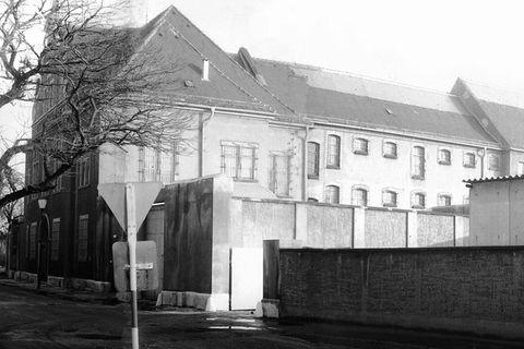 Hinter Mauer und Stacheldraht:Der GeschlosseneJugendwerkhof Torgau in Sachsen, Verwaltungstrakt mit Schleusenbereich (um 1978)