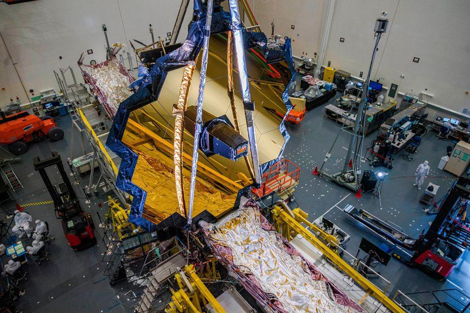 Allein der Hauptspiegel des zukünftigen Weltraumteleskops – hier 2020 in einem kalifornischen Labor – hat einen Durchmesser von 6,5 Metern.