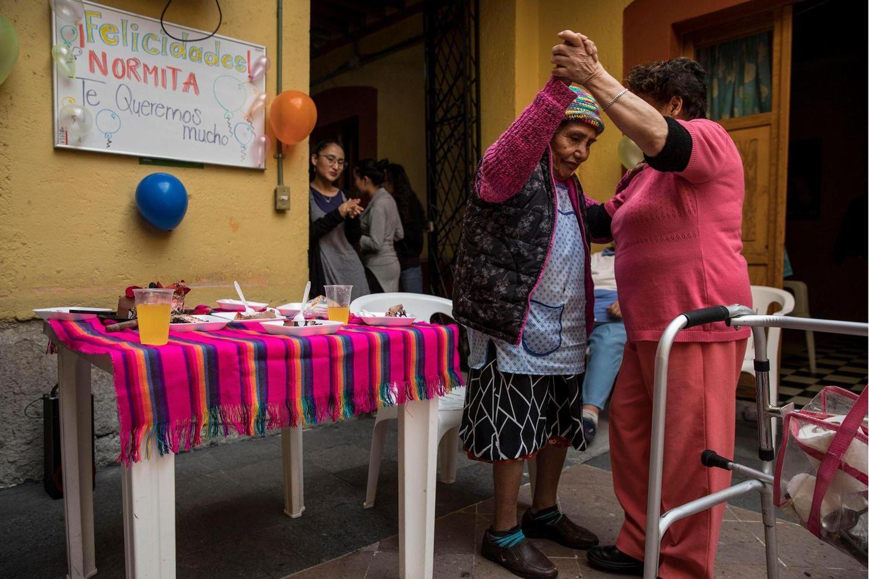 """""""Normita""""Sánchez Espinoza feiert ihren 85. Geburtstag tanzend in der Casa Xochiquetzal"""